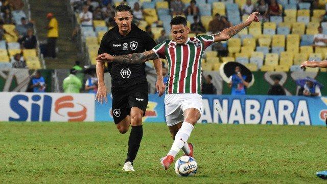 Gilberto 'minimiza' atraso de salário no Fluminense, e Diniz elogia postura do elenco