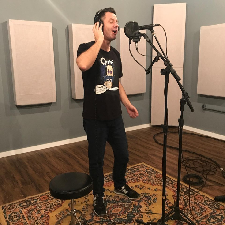 O vocalista Ivan da Luz gravando os novos sucessos da banda
