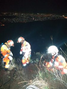 Momento do resgate feito pelos bombeiros após acidente — Foto: Reprodução/Corpo de Bombeiros