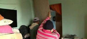 Casal improvisa instalações para amenizar o frio na casa danificada pelo ciclone — Foto: Reprodução/ NSC TV