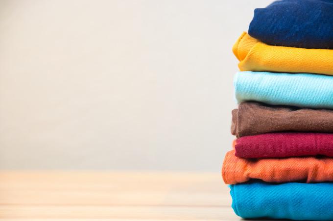 Como tirar manchas de roupas coloridas