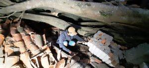Tio mostra local onde bebê foi encontrada em escombro na capital de SC após ciclone bomba — Foto: Wenndel Paixão/NSC TV