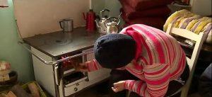 Fogão à lenha é usado para aquecer casas que estão sem energia elétrica — Foto: Reprodução/ NSC TV