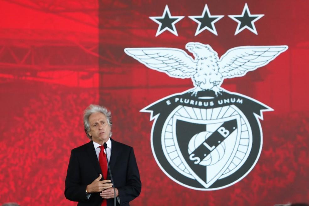 """Jorge Jesus é apresentado no Benfica e se emociona ao falar do Flamengo: """"Vim ganhar menos dinheiro"""""""