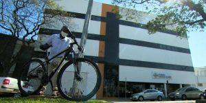 Jairo Justino percorre trecho de bicicleta para orar por filho em hospital de Indaiatuba - SP. (Foto: Ricardo Custódio/EPTV)
