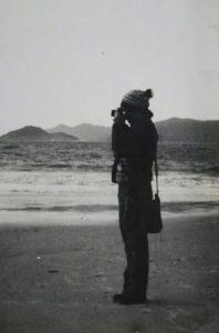 A jovem Lenir, observando aves na Praia da Pinheira, em 1979 – Foto: Lenir do Rosário/Arquivo Pessoal/Divulgação/ND