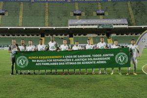 Homenagem do grupo atual antes da partida com o Guarani, nesta sexta-feira (28)