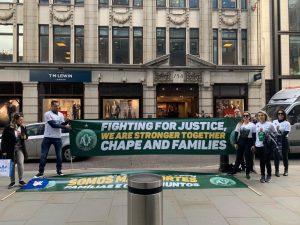 Neto e viúvas protestaram, em Londres (Foto: Marcel Camilo/Divulgação)